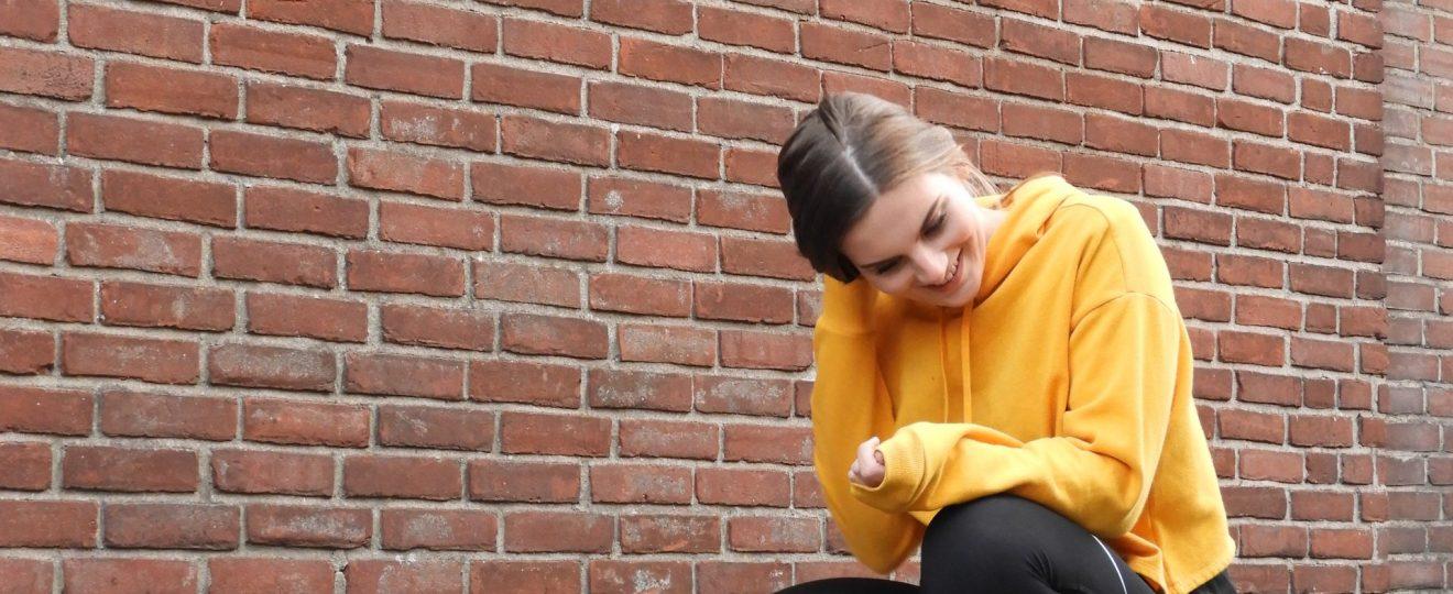 Lachen gele trui